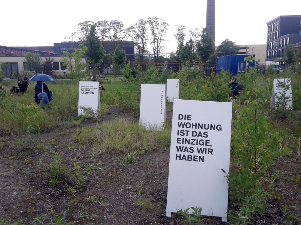 """Wer jetzt kein Haus hat ... Paul Plampers Hörspiel-Installation """"Der Kauf"""". Foto: Jochen Meißner"""