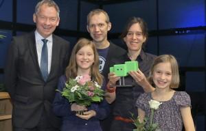 NDR-Intendant Lutz Marmor, Autoren: Stella Luncke und Josef Maria Schäfers, die Hauptdarstellerinnen Meta und Olga. Bild: SWR/Peter A. Schmidt