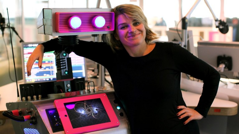 Die KI Z03 genannt Zoe mit WDR-Moderatorin Sabine Heinrich. (Bild: WDR/Christian Voß)