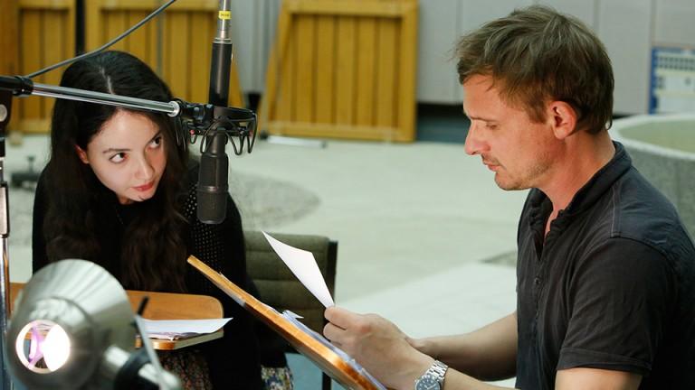 Gloria Endres de Oliveira als Aidym und Florian Lukas als Nasar. Bild: Monika Maier/SWR.