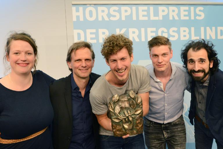 "Team ""Screener"" Hannah Georgi, Benno Müller vom Hofe, Lucas Derycke, Helgi Schmid, Rami Hamze. Bild: Anna Kaduk / Film- und Medienstiftung NRW."