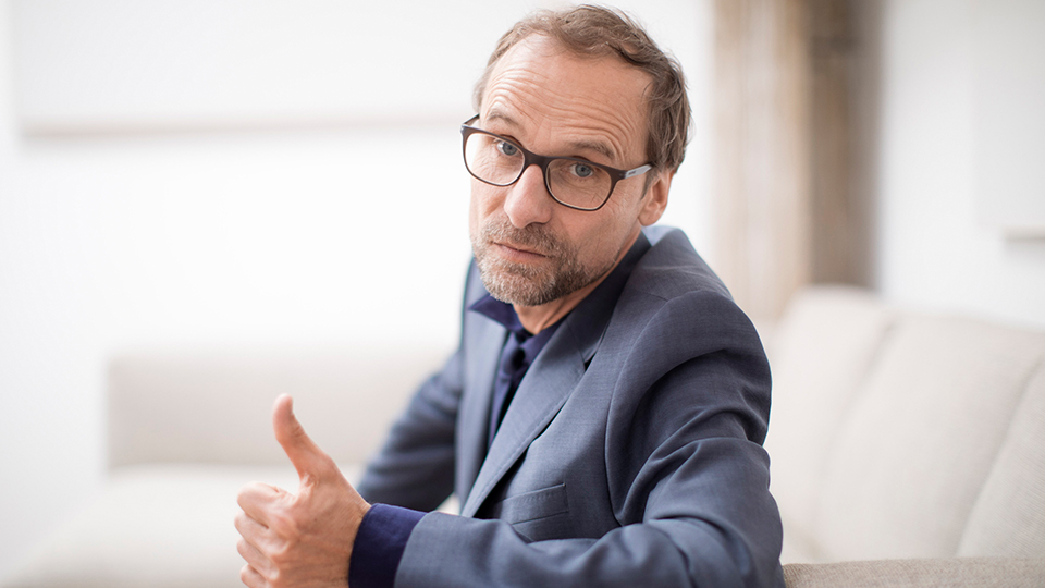 Paartherapeut Klaus Kranitz (Jan Georg Schütte. Bild: Radio Bremen/Andreas Weiss.