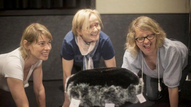 """Bettina Kurth, Cathlen Gawlich und Anna Böttcher (v.l.n.r.) bei den Aufnahmen zu """"Schweine-Heinz"""" (Deutschlandradio - René Fietzek)"""