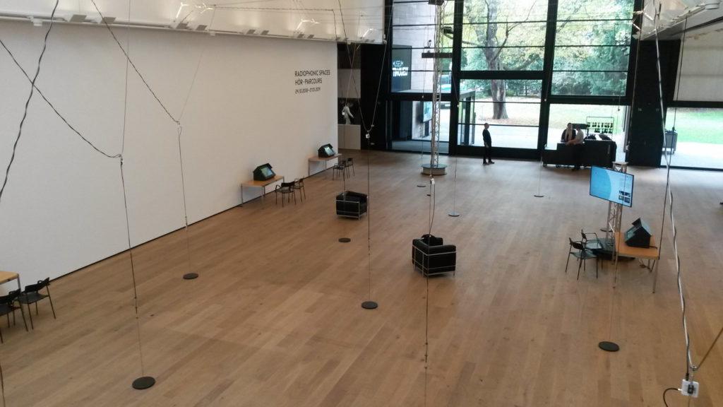 """""""Sie betreten das Radio - hier gibt es nichts zu sehen"""". Walter Filz, 2001. Die Installtion der Radiophonic Spaces im Museum Tinguely, Basel, mit den Sendeantennen. Bild: Jochen Meißner."""