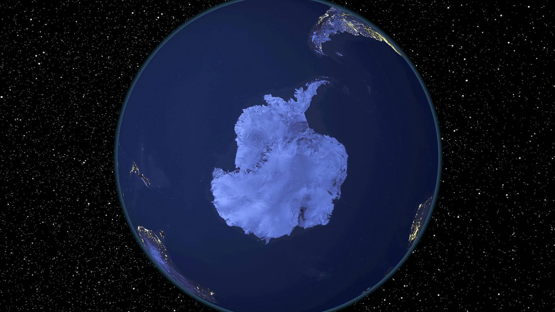 Satellitenbild Antarktika bei Nacht.